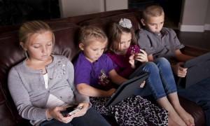 Mirad la mirada de la niña de la tablet, es un puto zombie.